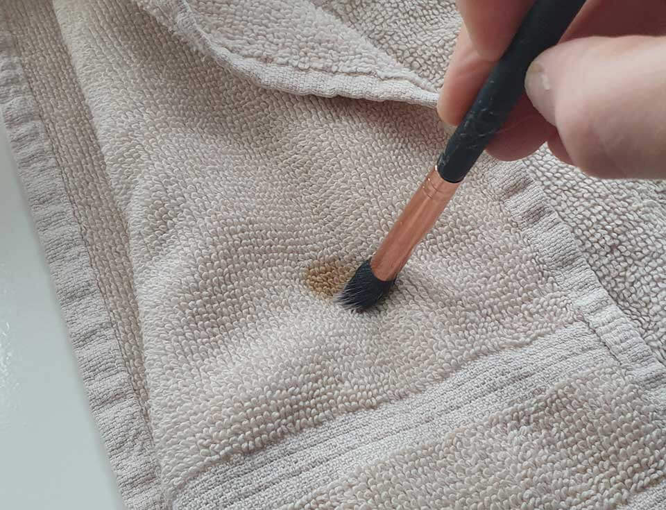 ISOCLEAN Makeup Brush Cleaner - twisting the brush ensuring it keeps its shape